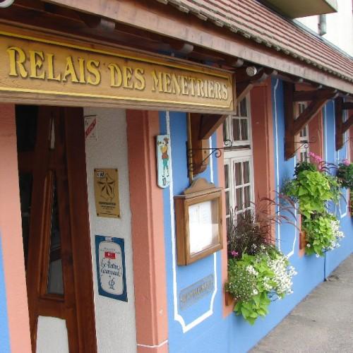 L'ensigne du restaurant, boisée et traditionnelle