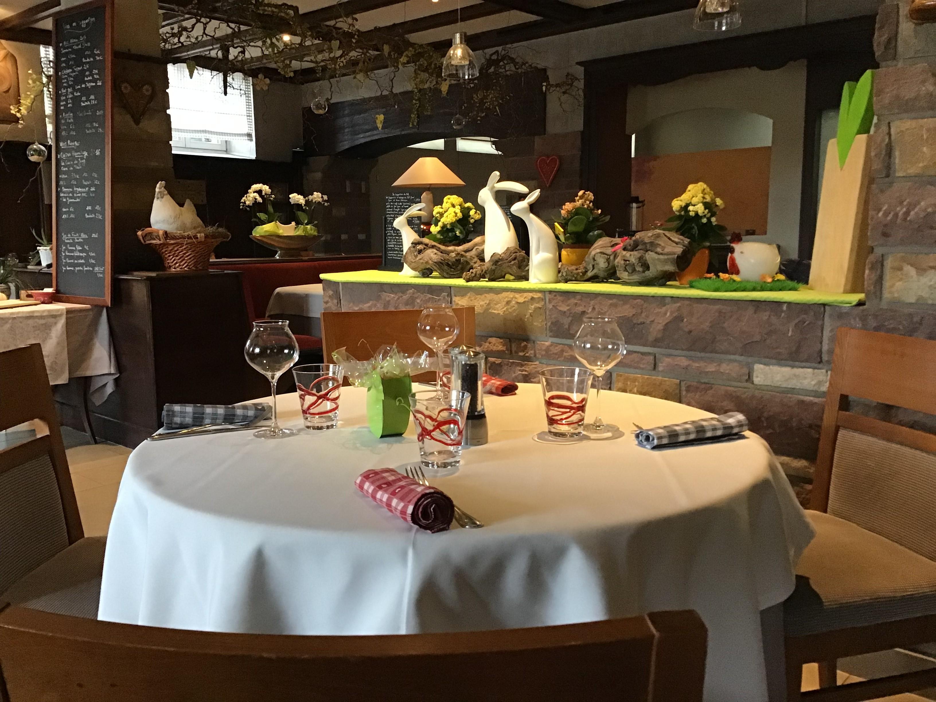 Une table ronde dans la salle du restaurant au relais des ménétriers